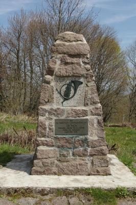 Monument du 28e BCA. Inscription : « Ici se trouvait l'avant-poste du 28e BCA, premier enjeu de la lutte pour ce sommet, janvier 1915 » (site pages14-18)