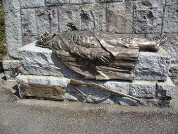 Nécropole nationale Le Wettstein, cimetière des Chasseurs : le gisant du soldat au pied de la grande croix (site en.wikipedia.org)