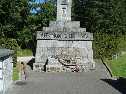 Nécropole nationale Le Wettstein, cimetière des Chasseurs. Le soldat mort, au pied de la grande croix (site en.wikipedia.org)