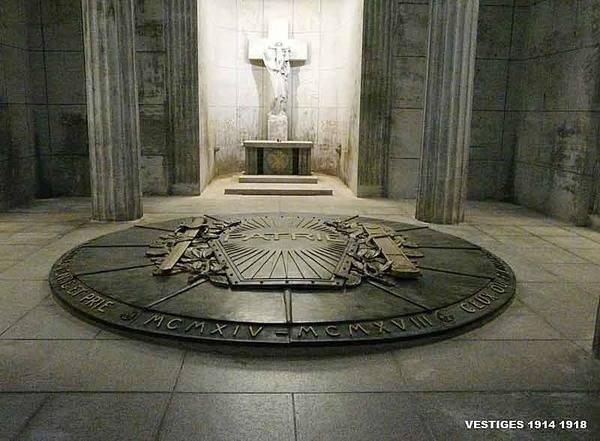 Crypte du Mémorial national du Vieil Armand : ossuaire couvert d'un bouclier en bronze (site pages14-18)