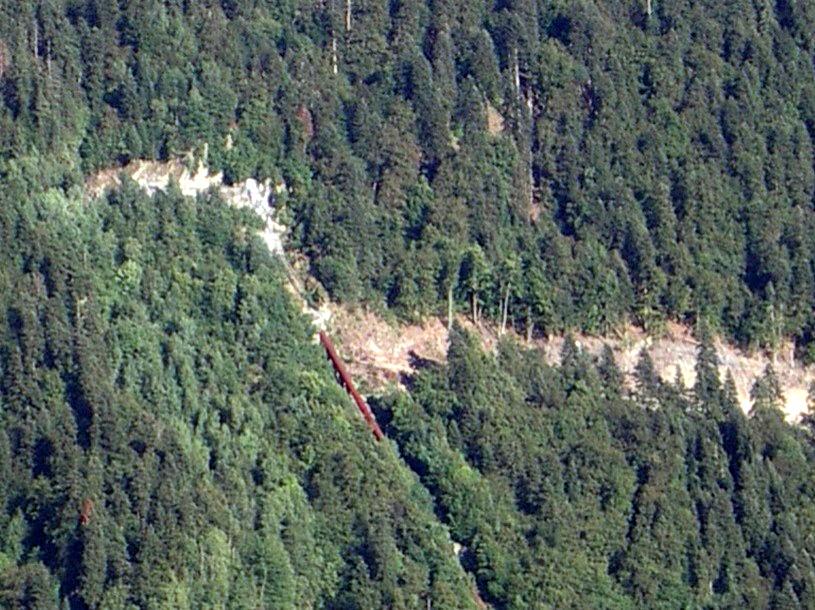 La piste forestière EDF de Passy a rejoint la conduite forcée (cliché Bernard Théry, 12 août 2013)