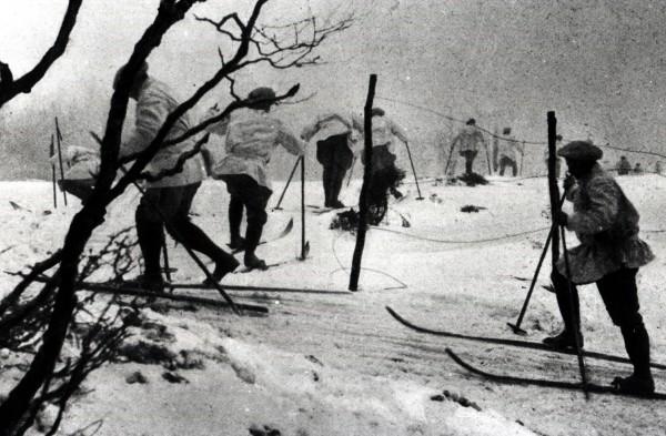 Alpins skiant dans le massif du Linge (site mémoire-des-alpins.com)