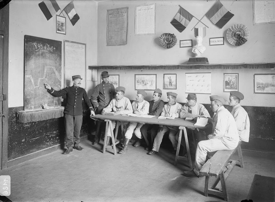 Instruction au tableau, photographie réalisée par les frères Séeberger entre 1910 et 1911 (site archives.ecpad.fr)