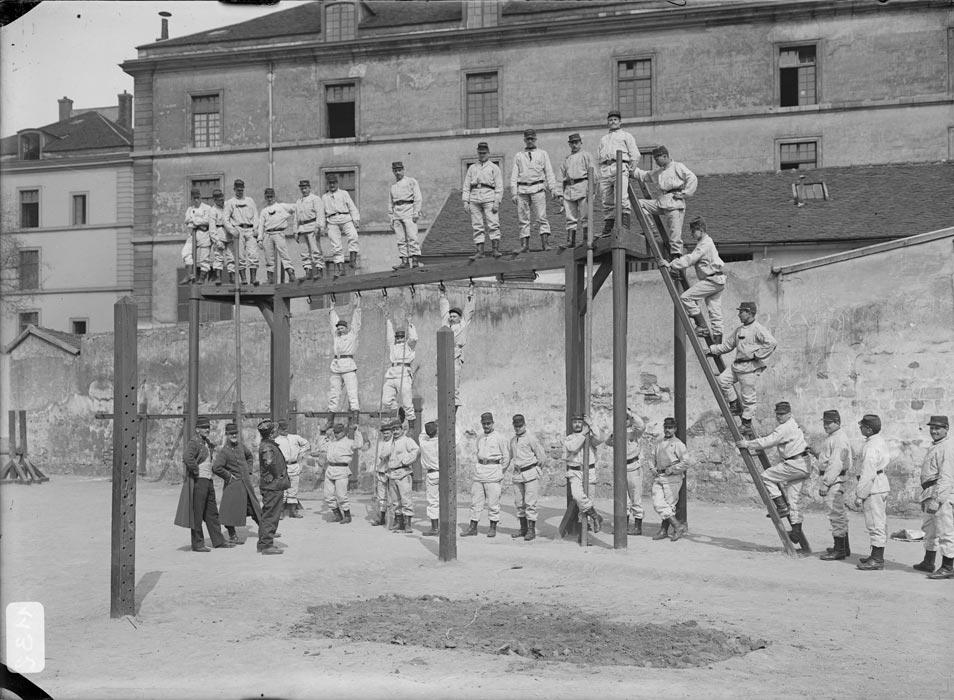 Instruction : parcours du combattant, photographie réalisée par les frères Séeberger entre 1910 et 1911 (site archives.ecpad.fr)