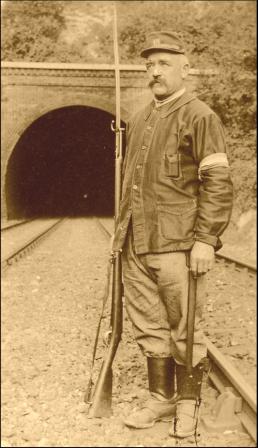 Un soldat du service G.V.C. à la garde d'un tunnel ; brassard au bras gauche (site gvc.14-18)