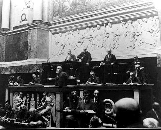 Jean Jaurès à la tribune des orateurs en juin 1913 contre la loi des Trois ans Photo de Jules-Louis Breton, Musée Jean Jaurès à Castres (Site assemblee-nationale.fr