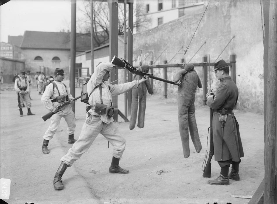 Entraînement au combat à la baïonnette, photographie réalisée par les frères Séeberger entre 1910 et 1911 (site archives.ecpad.fr)