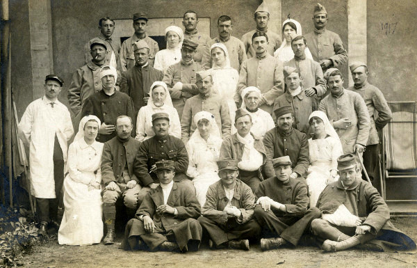 Blessés et soignants pendant la Première Guerre mondiale. Europeana 14:18: (site enenvor.fr formations sanitaires dans une place militaire Fougères)