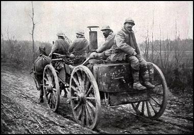 Cuisine roulante et ses servants lors de la bataille de Verdun, 1916. (site peinturesetpoesie.blog50.com)