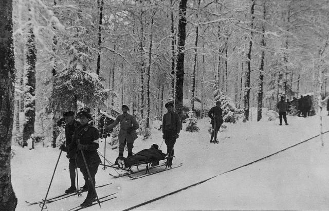 Evacuation de blessés par des Territoriaux du 39e RIT (JMO de la 14e compagnie du 39e RIT)