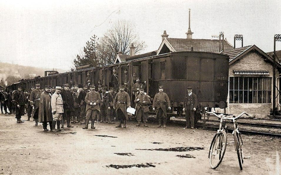 Les troupes du régiment de Pierre Perroud descendent du train ; au premier plan, des vélos (Doc. Jean Perroud, archives familiales)