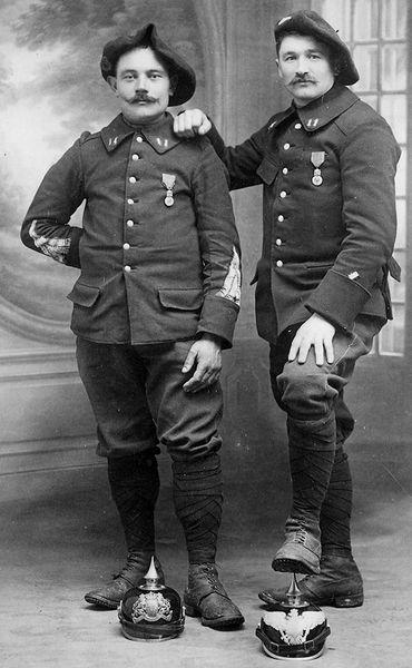 Deux chasseurs du 11e BCAP posent avec des trophées (site forum-militaire)