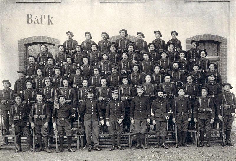 Photo du 11e BCAP : Le 1er peloton de la 6ème compagnie du capitaine Rosset en 1910 (site alpins.fr)