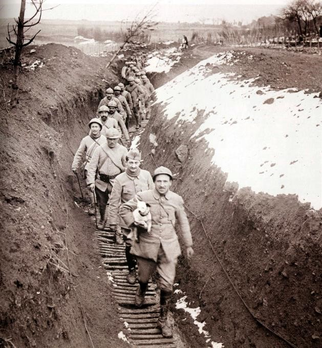 Groupe de Territoriaux arrivant au travail, avril 1917 (site des soldats de Ruffigné : ruffineck44.blogspot.fr)