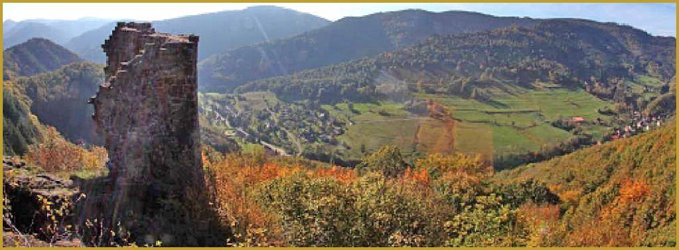 Photo panoramique du château du Bilstein-Lorrain au-dessus du Val de Villé et du village d'Urbeis (site photos-alsace-lorraine.com)