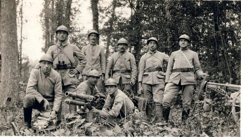 Des soldats du 140e RI avec un canon français de 37mm TR modèle 1916 (site lagrandeguerre.cultureforum.net)