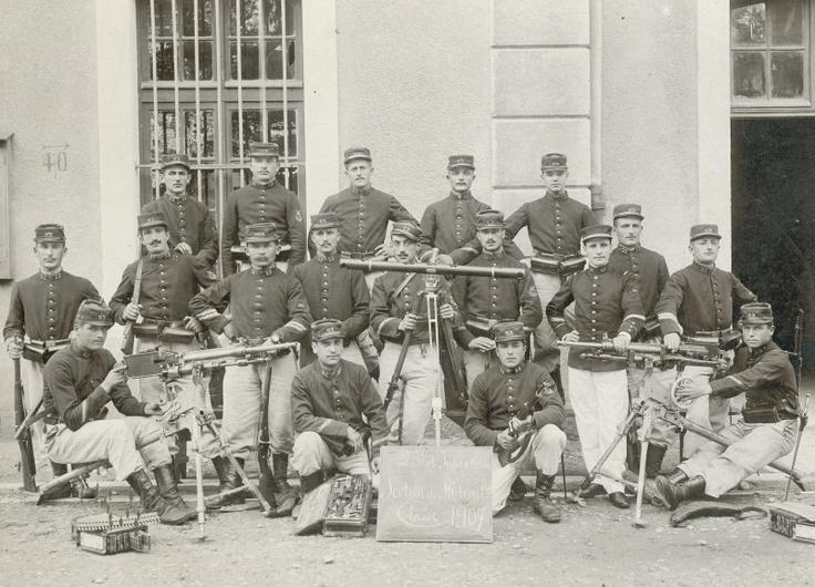 Une section de mitrailleuses du 23e RI en 1907 (Site geneanet.org)