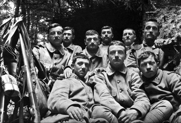 Soldats du 23e RI en 1915 dans un abri des Vosges (Site geneanet.org)