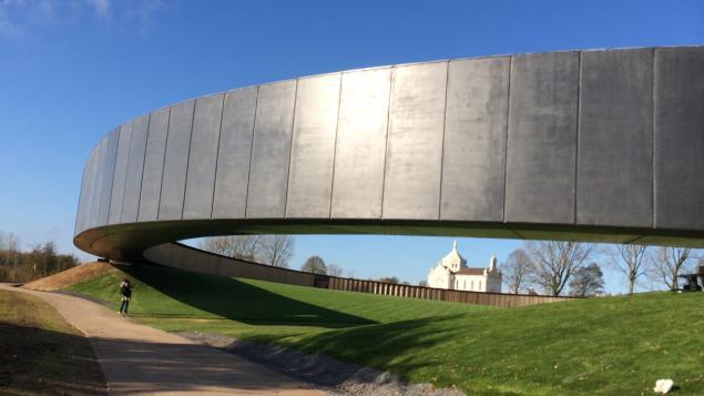 L'Anneau de la Mémoire, partie en porte-à-faux au-dessus du vide (site franceinfo.fr)