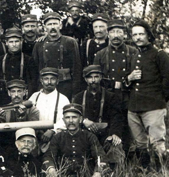 Quelques visages déterminés de « Bombardiers » des 111e et 157e RI en stage de formation sur obusier Aasen, probablement en 1915 (site pages14-18)