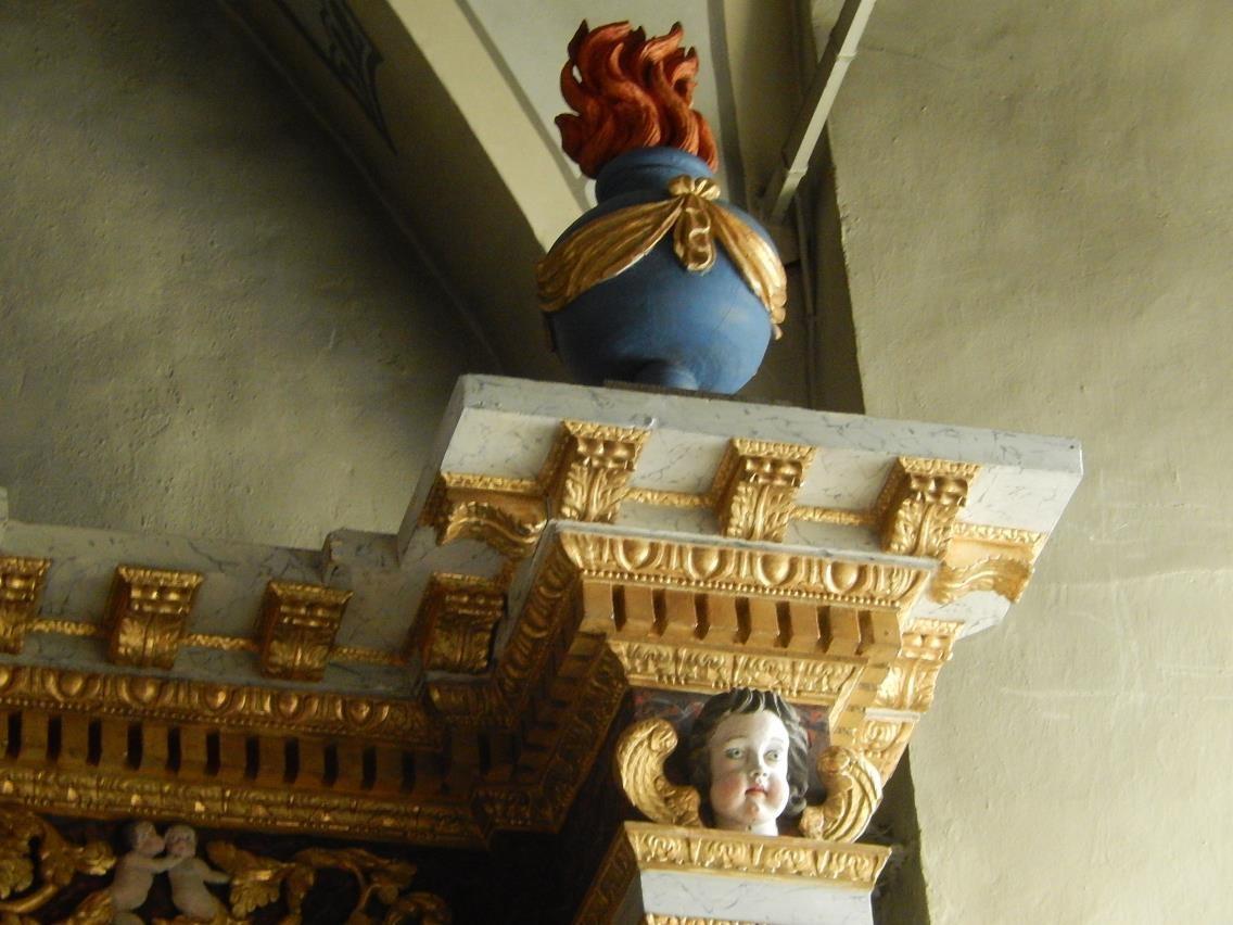 Retable de l'église St-Pierre-St-Paul, Passy : à droite et à gauche, urne enflammée (cliché Bernard Théry, mars 2016)