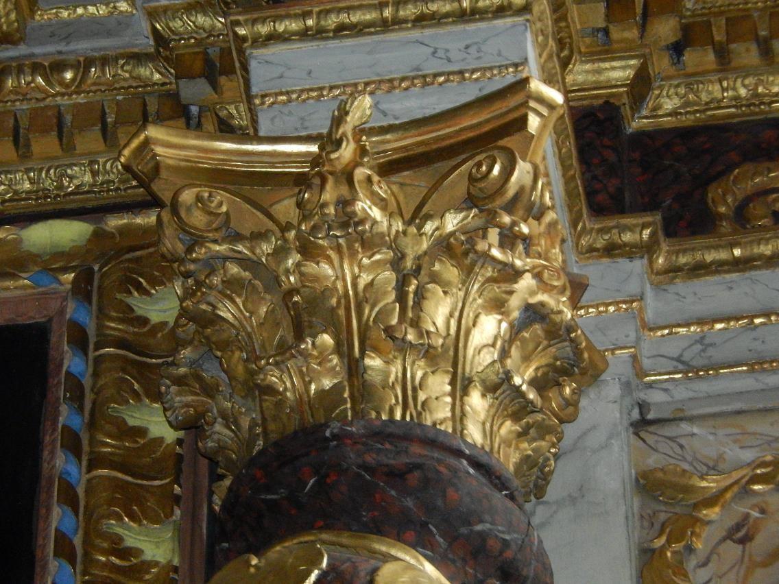 Retable de l'église St-Pierre-St-Paul, Passy : chapiteau corinthien en haut des colonnes torses (cliché Bernard Théry, mars 2016)