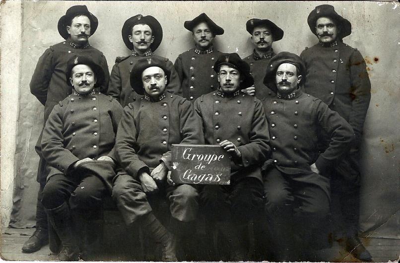 Une section du 157e Régiment d'Infanterie - 30e Compagnie - 2e section, Valréas, décembre 1914 (site dumoul.fr)