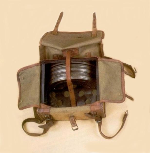 La musette spéciale M1e 1915 contenant 4 chargeurs portée par le tireur et le pourvoyeur