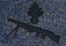 Insigne de spécialité du fusilier-mitrailleur, cousu sur la manche gauche (site lesfrancaisaverdun-1916.fr, page L'uniforme français bleu horizon)