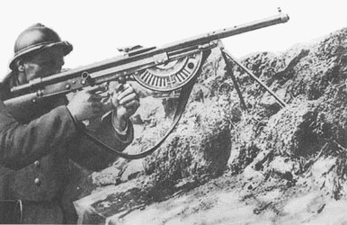 Soldat français avec le FM Chauchat : utilisation de la poignée avant ; à noter : ici le FM est un modèle précoce sans cache-flamme (site armesfrancaises.free.fr)