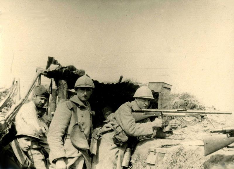 L'homme placé au centre est équipé des porte chargeurs en forme de demi-lune spécifiques au Fm Chauchat (site premiere-guerre-mondiale-1914-1918.com)