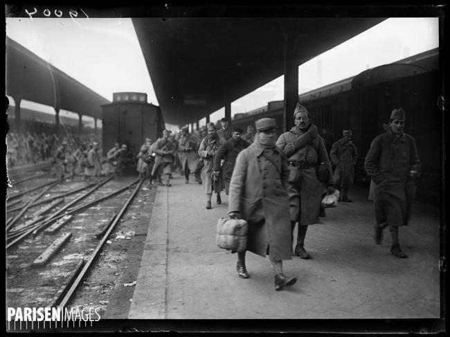 """Guerre 1914-1918. Le retour des démobilisés à la gare de l'Est, 1er février 1919. L'arrivée d'un train militaire. Photographie parue dans le journal """"Excelsior"""" du dimanche 2 février 1919."""