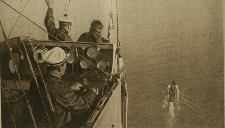 Un dirigeable de la marine française au-dessus de la mer, en janvier 1918, pour protéger les convois de matériel et de troupes venant d'Amérique (Wikipedia, art. Dirigeable militaire)
