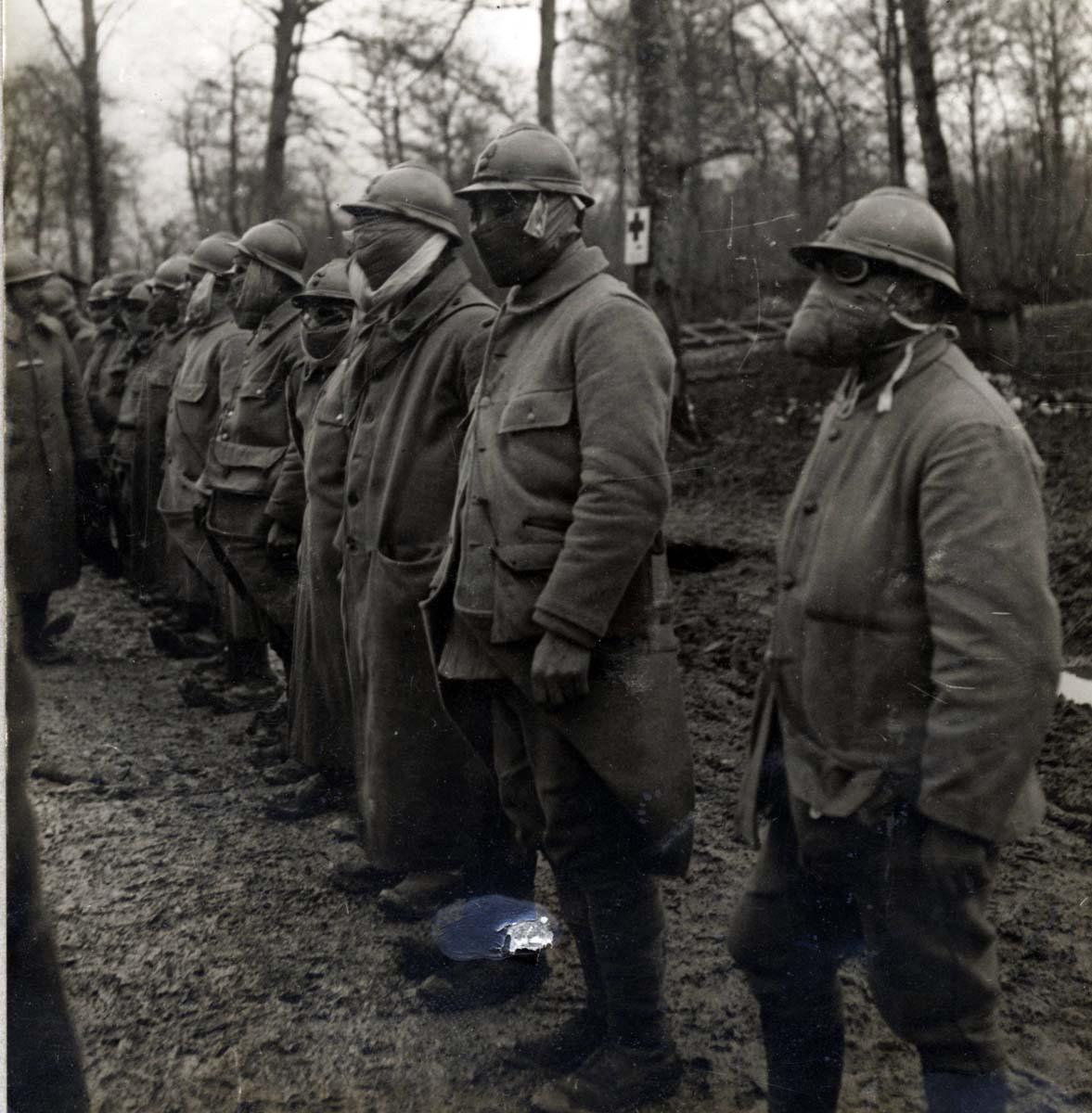 Vérification des protections individuelles, secteur de Verdun 1916 (site guerredesgaz)
