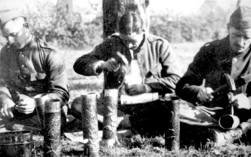 Soldats belges travaillant des douilles d'obus (site Wikipedia, art. Artisanat des tranchées)