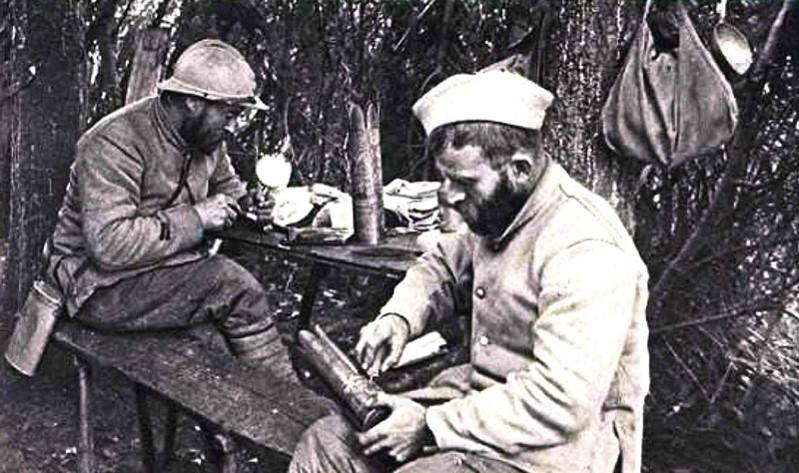 Poilus décorant des douilles d'obus pendant la guerre de 1914-18 (site Wikipedia, art. Artisanat des tranchées)