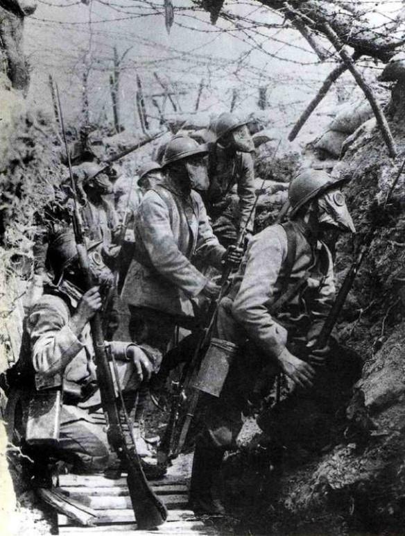 Dans la tranchée, soldats équipés du tampon T (site herodote.net)