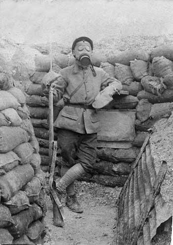 Soldat équipé du masque ARS 1917 et de gants (site forum-militaire.fr)