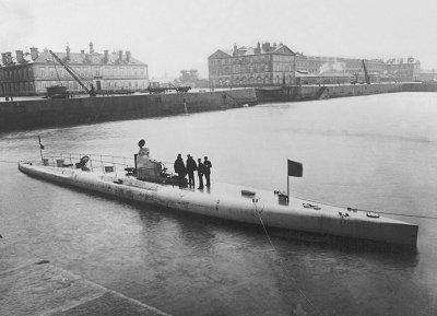 Le sous-marin français Narval à Cherbourg en 1900 (Wikipedia, art. Narval)
