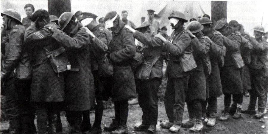 File de Soldats de la 55e division de la British Army aveuglés par les gaz lacrymogènes durant la bataille de la Lys attendant d'être pansés à un poste de secours près de Béthune le 10 avril 1918 (site rosalielebel75)