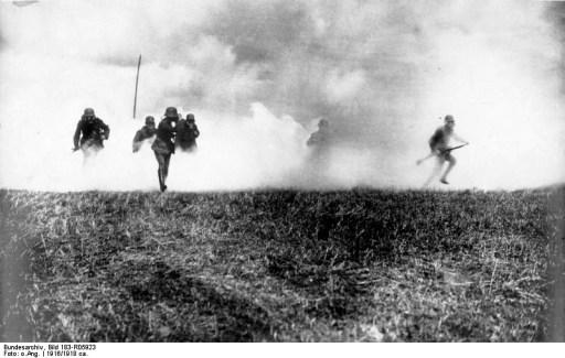 Infanterie allemande équipée de masques à gaz, 1916 (site 1-jour.fr)