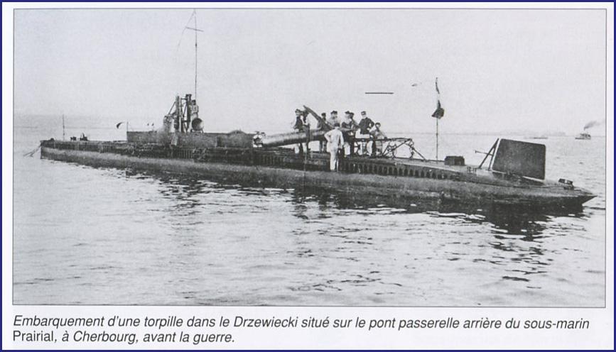 Embarquement d'une torpille à bord du sous-marin Prairial à Cherbourg, avant la guerre (site epaves-passion.com)