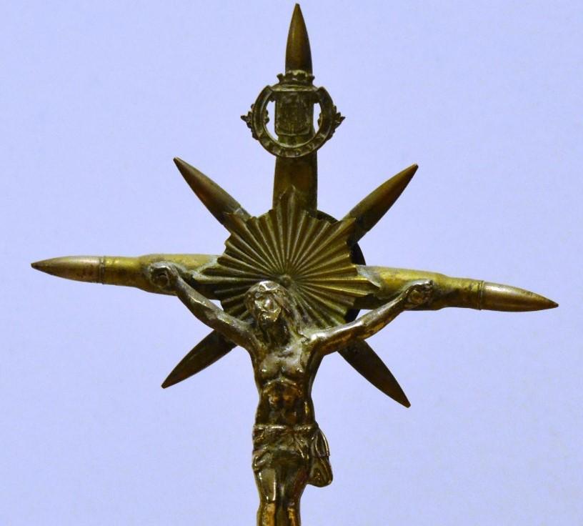 Artisanat des tranchées : détail du crucifix « Verdun » fabriqué à partir de balles de fusil Lebel (coll. Françoise Demange, Passy)