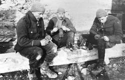 Soldats fabriquant des bagues-souvenirs, Caeskeker, avril 1916 (site rtbf.be/14-18, page Arts et spectacles au front peindre, chanter et jouer pour tromper l'ennui)