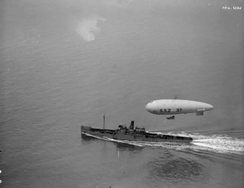 Un dirigeable britannique classe SS (le SSZ-37) accompagné d'un sloop chasseur de mines (Wikipedia, art. Dirigeable militaire)