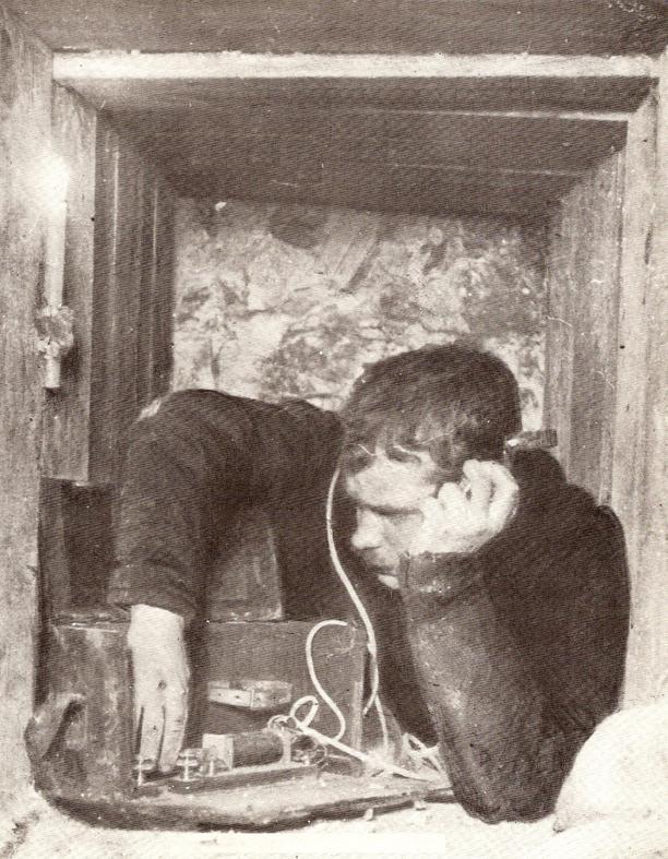 Soldat dans une tranchée avec un poste à galène durant la Première Guerre mondiale 1914-1918 (site Wikipedia, art. télégraphie sans fil)