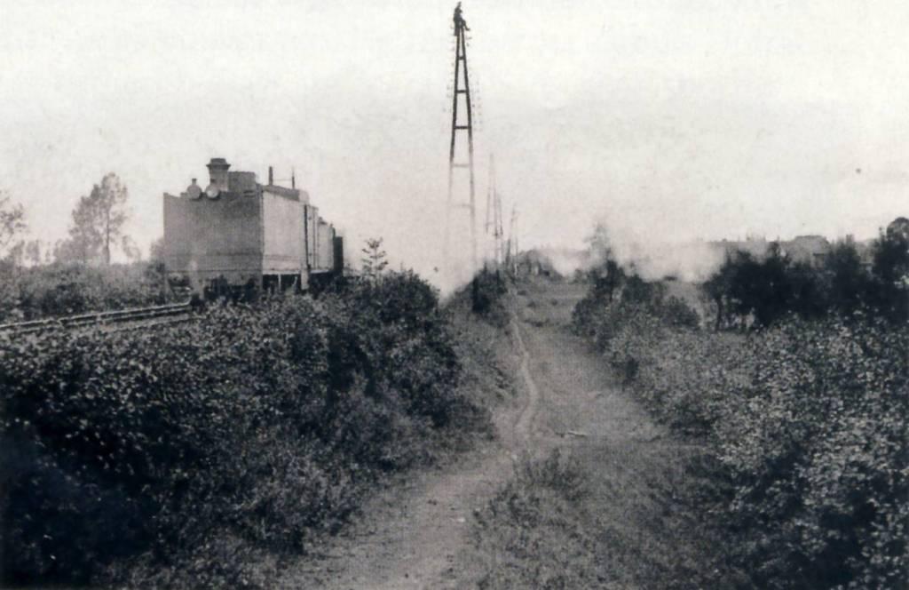 Un observateur d'artillerie dirige le tir des canons du haut d'un poteau télégraphique, septembre-octobre 1914 (site quenovel.be)
