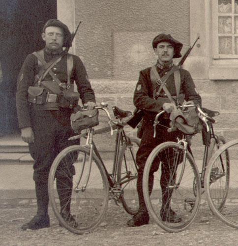 Deux chasseurs estafettes cyclistes (site alpins.fr, insignes de spécialité)