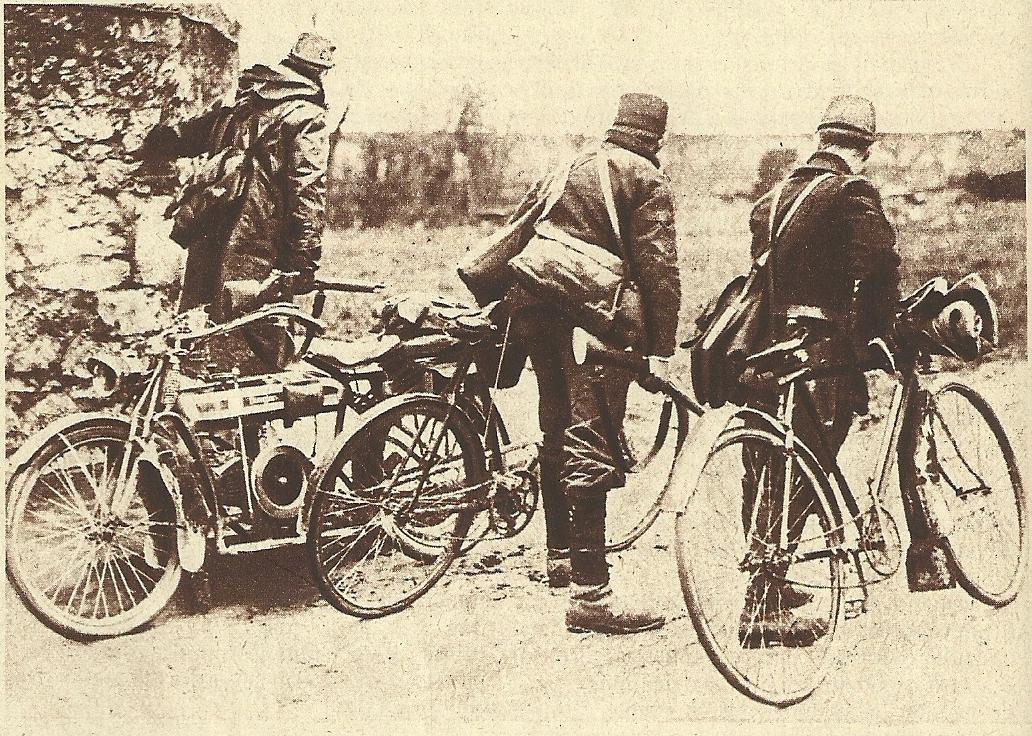 Un motocycliste et deux cyclistes sont allés reconnaître une position ennemie (site dumoul.fr)