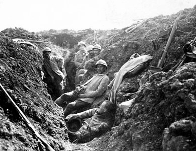 Poilus dans leur tranchée (site lesfrancaisaverdun-1916.fr)